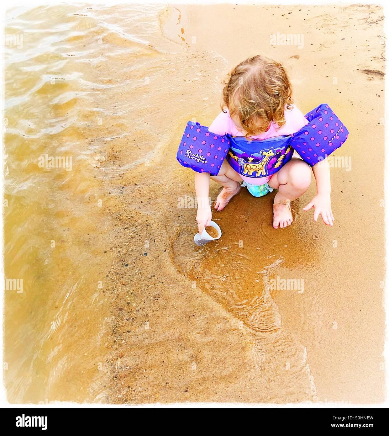 Kleinkind, spielen am Strand Stockbild
