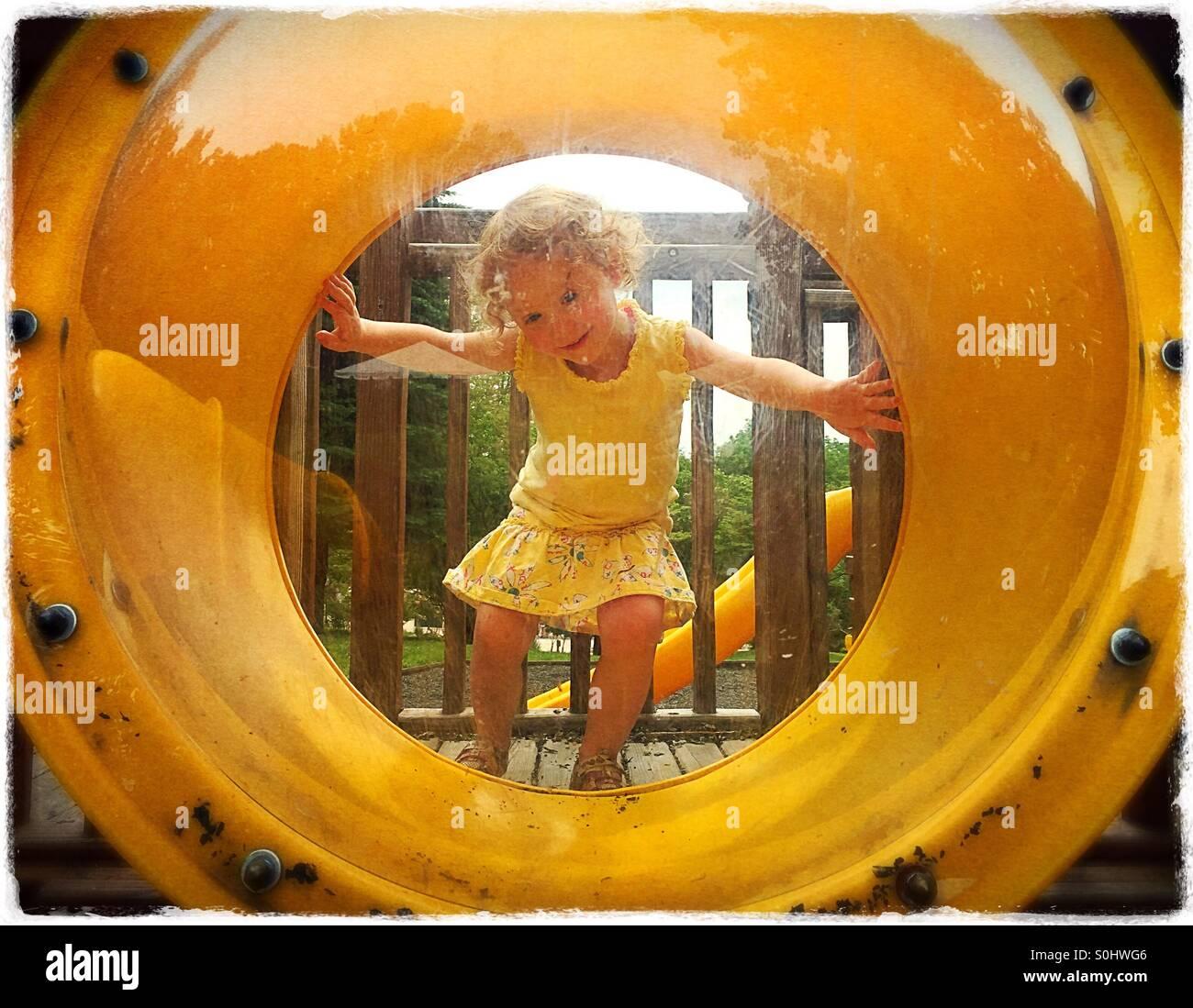 Kleinkind Mädchen auf dem Spielplatz Stockbild