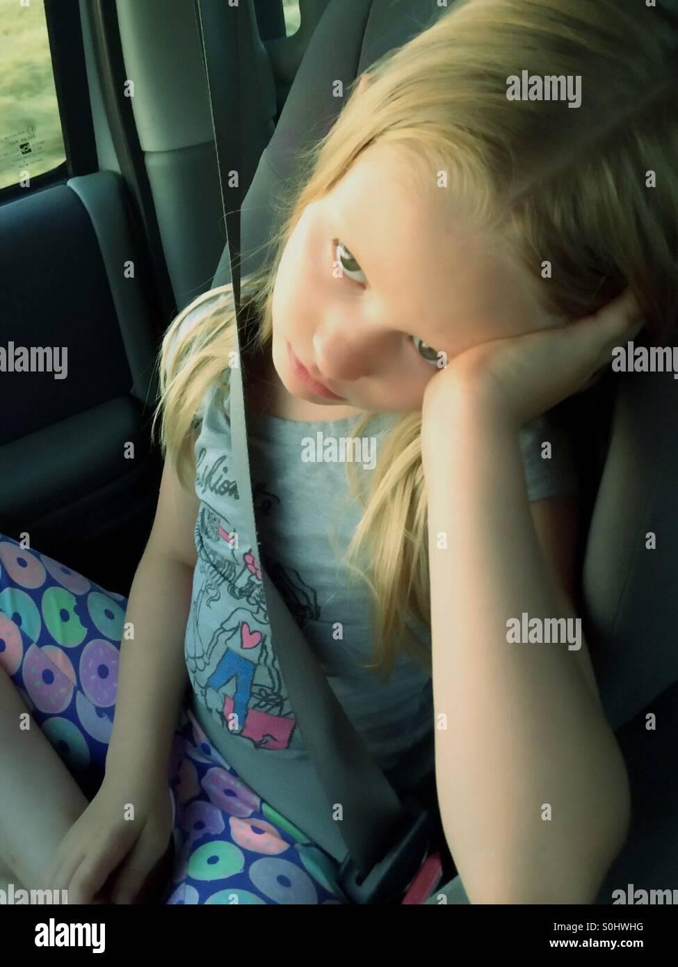 Gelangweilt und müde Mädchen in einem Auto sitzen Stockbild
