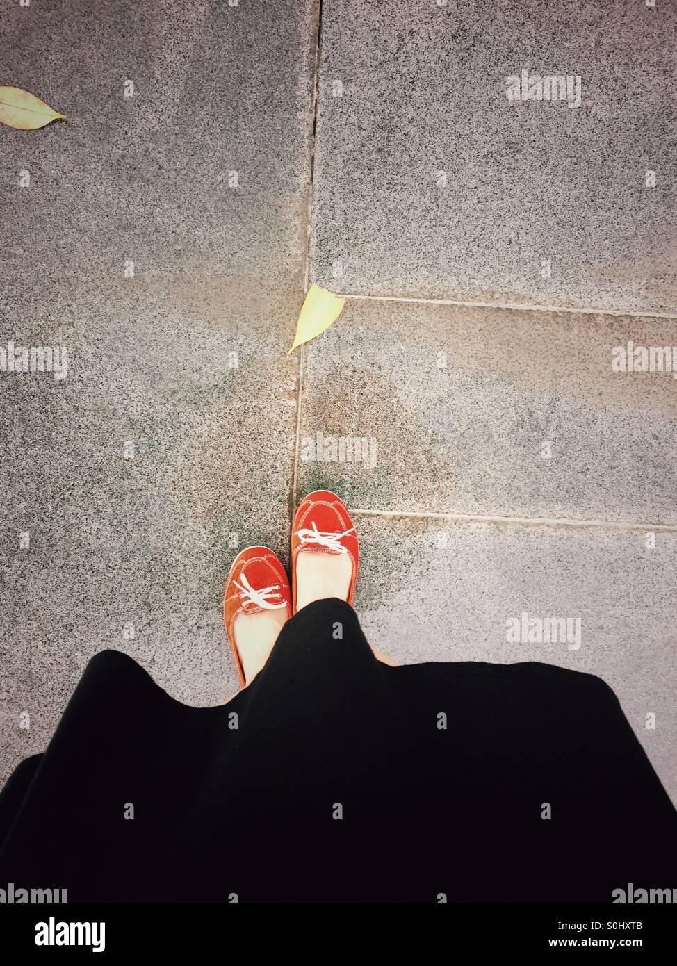 Lady in roten Schuhen Stockbild