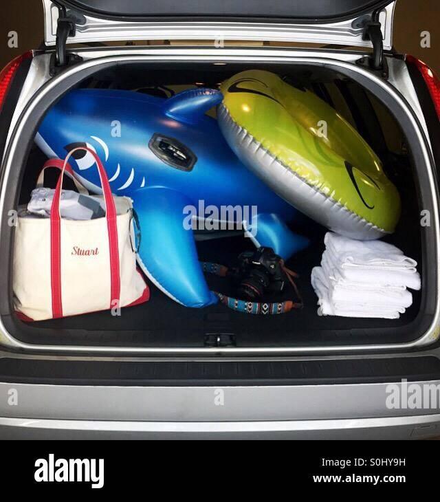 Ein Kombi ist für einen Tag am Strand gepackt. Stockbild
