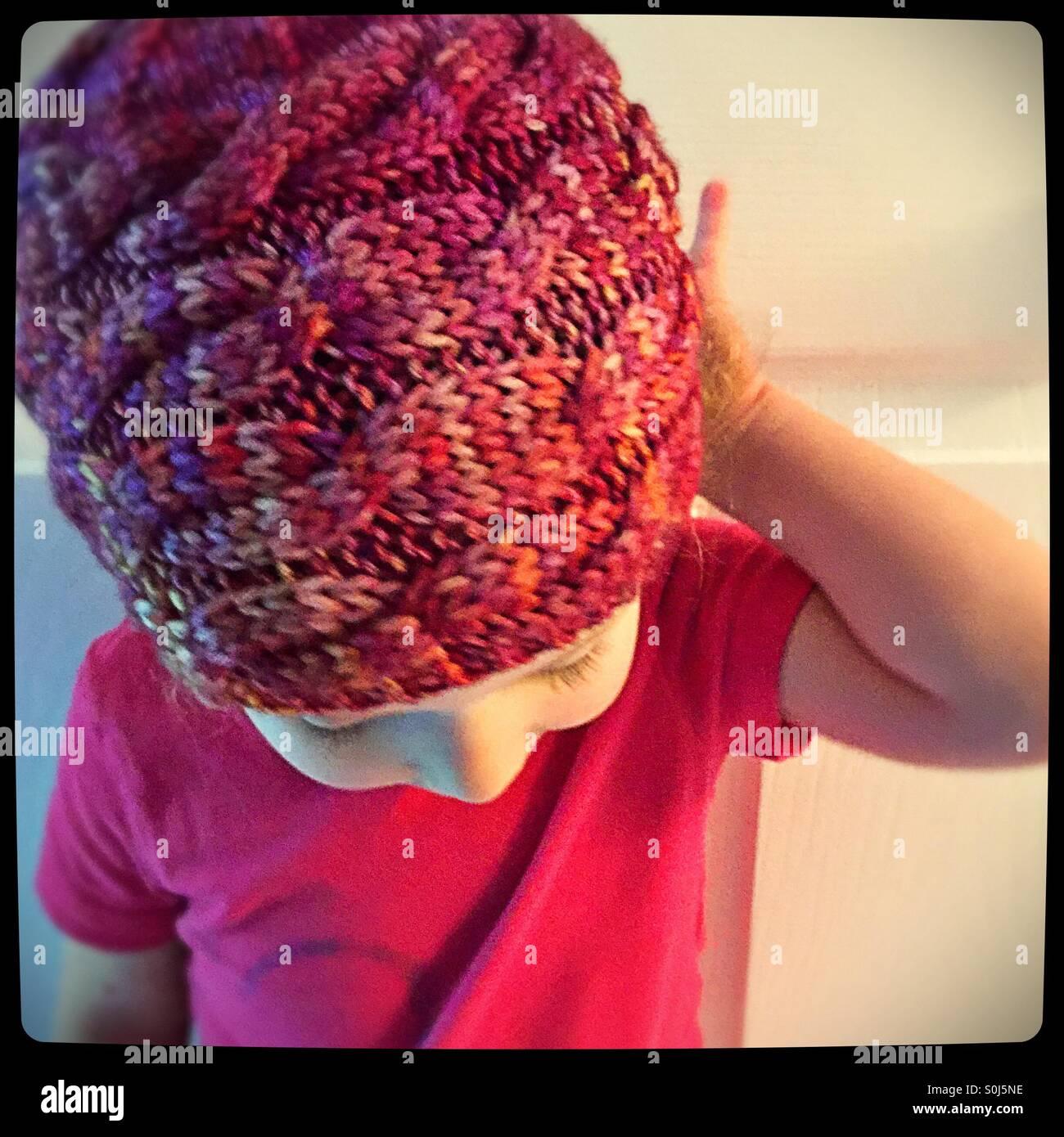 Kleinkind in eine gestrickte Mütze Stockbild