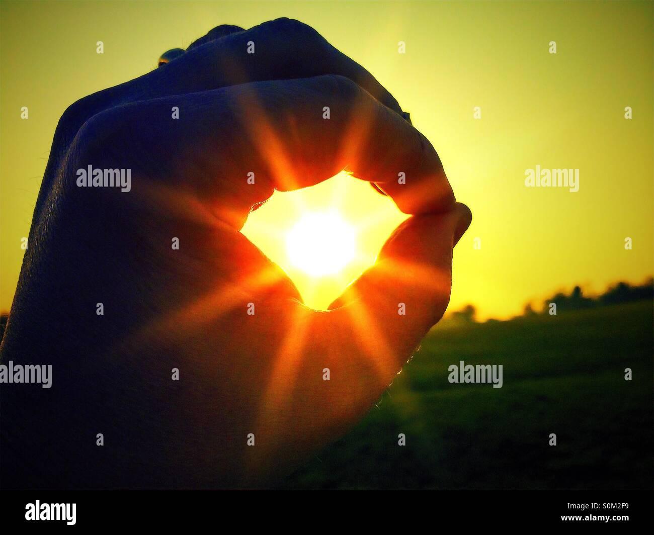 Sonne in der Hand Stockbild