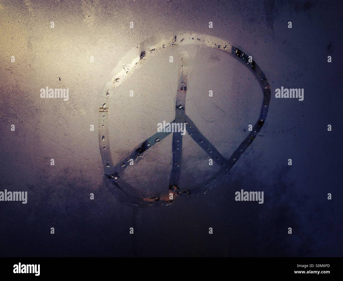 CND-Peace-Zeichen in Glas Kondensation Stockbild