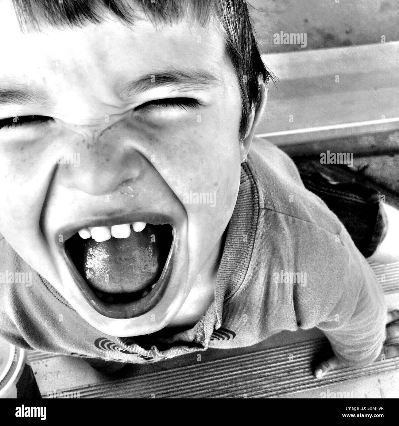 Kleiner Junge mit einem glücklichen Lächeln. Stockbild