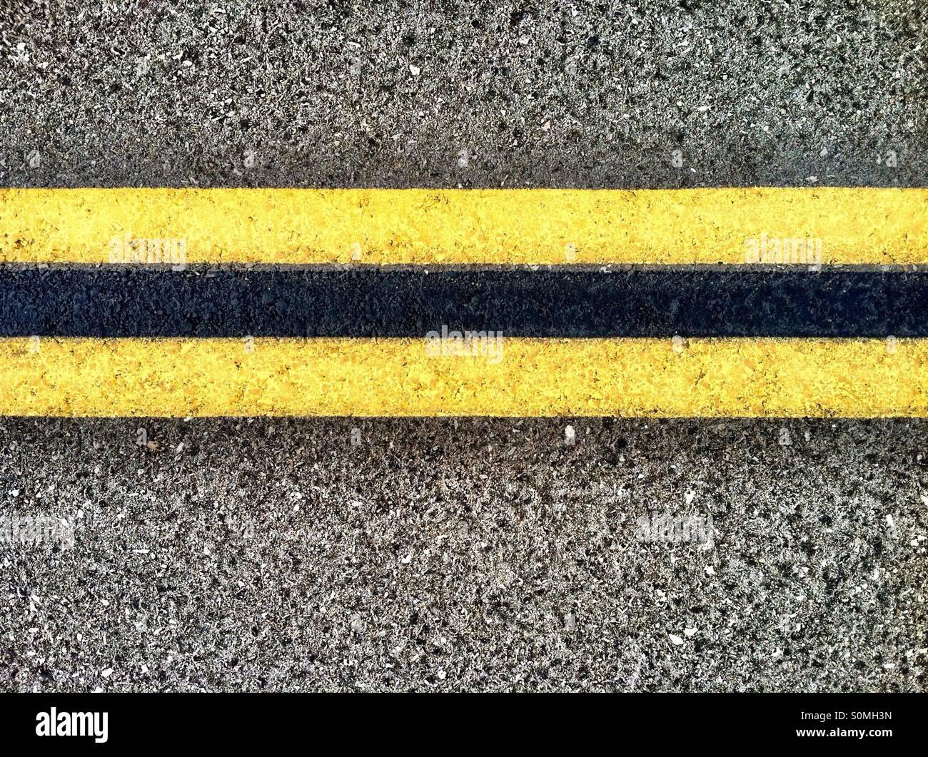 Doppelte gelbe Linien auf der Autobahn Stockfoto