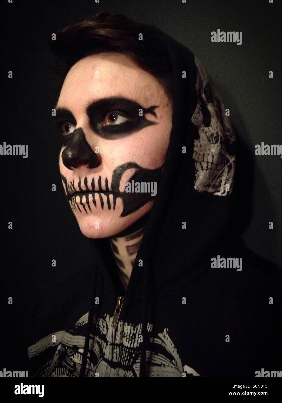 Eine Person trägt Skelett Make-up. Stockbild