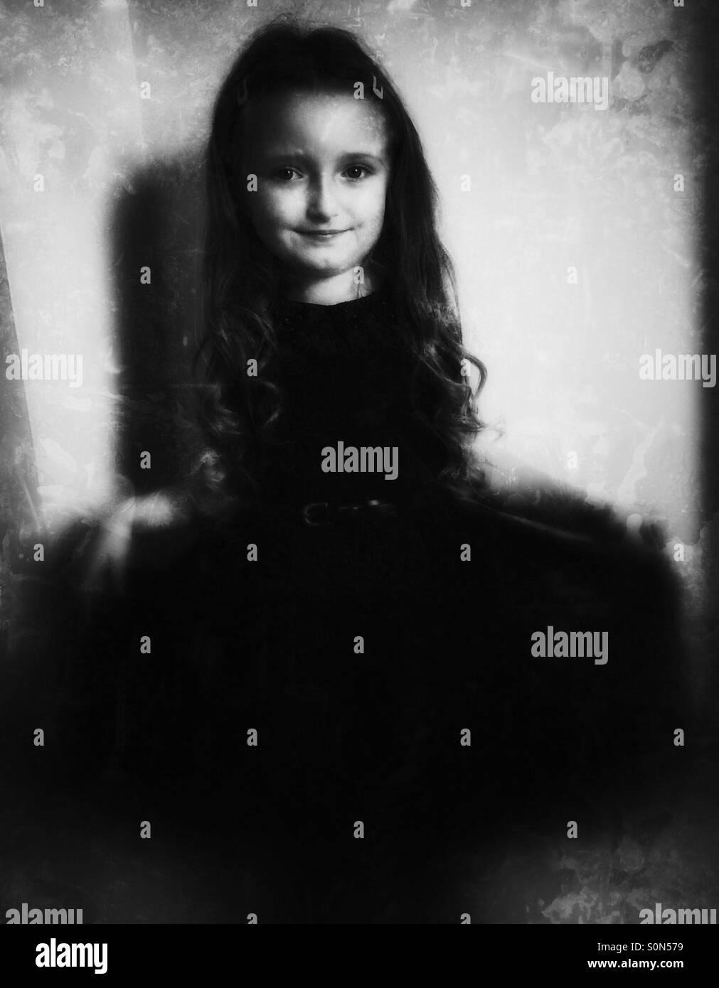 Hübsches kleines Mädchen tragen ein Partykleid. Schwarz / weiß ...