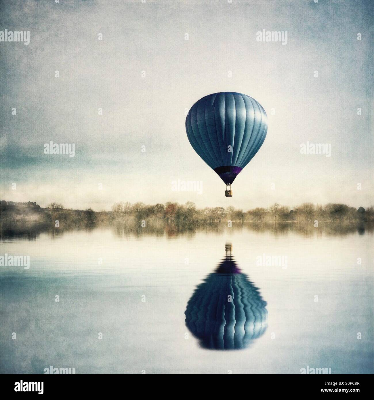 Reflexion der Heißluftballon in See Stockbild