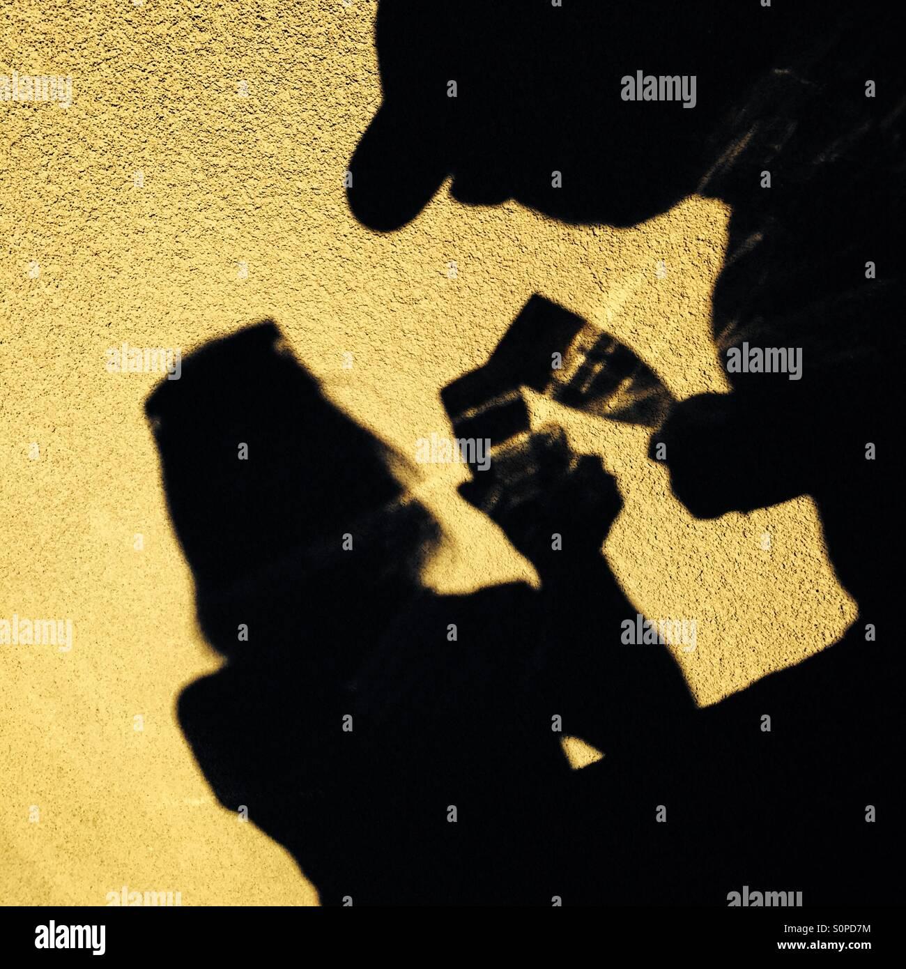 Schatten ein paar mit einem Glas Champagner Stockbild