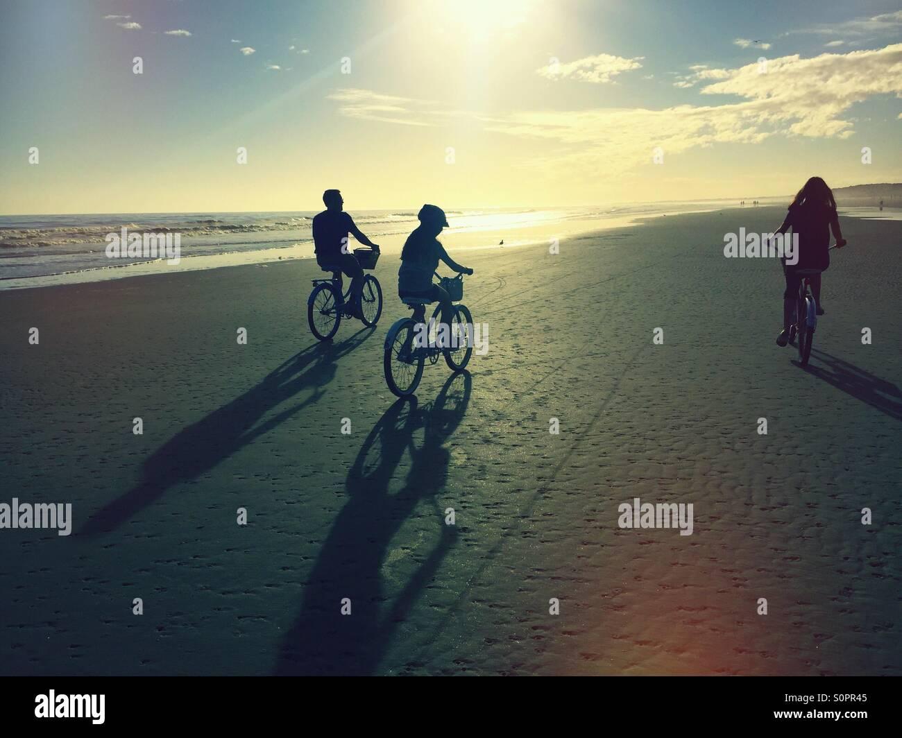 Familie Fahrradtouren in der Sonne am Strand von Kiawah Island, SC Sie sind gegen den Himmel abhebt. Stockbild