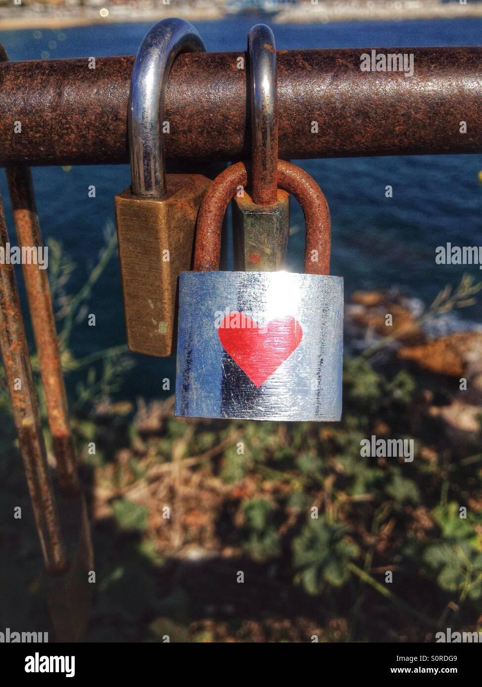 Mit roten Herz auf einer Brücke zu sperren Stockbild