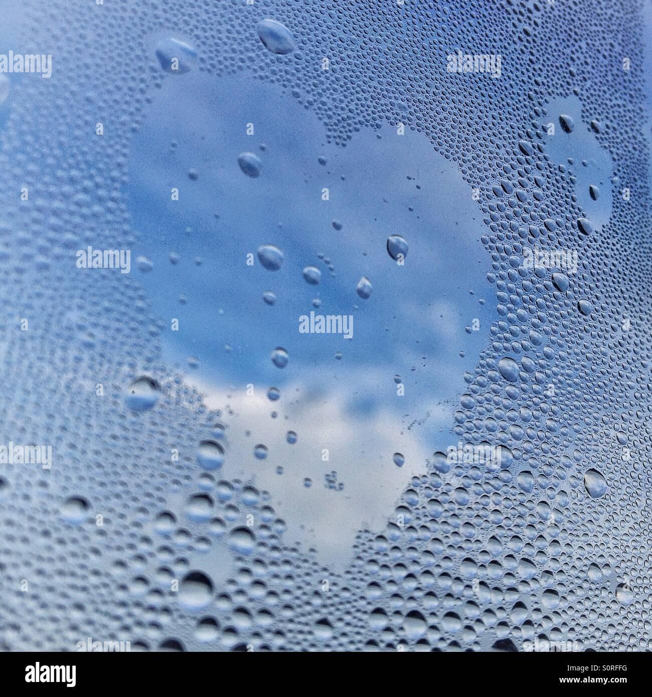 Herzform gemacht in Kondenswasser am Fenster Stockbild