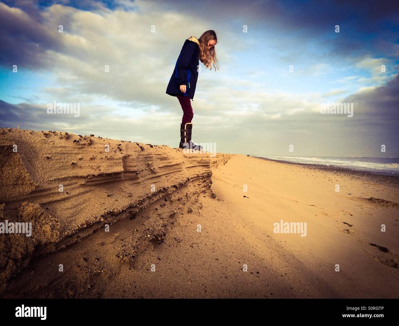 11 Jahre altes Mädchen am Strand von Winterton in Norfolk, Großbritannien Stockbild