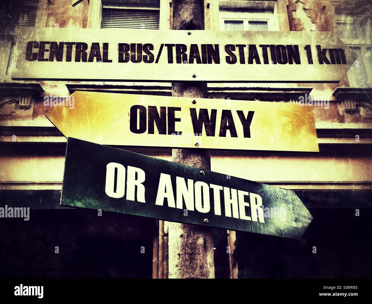 Hölzerne Schild ein Weg oder ein anderes und zentralen Bus/Bahnhof Stockbild