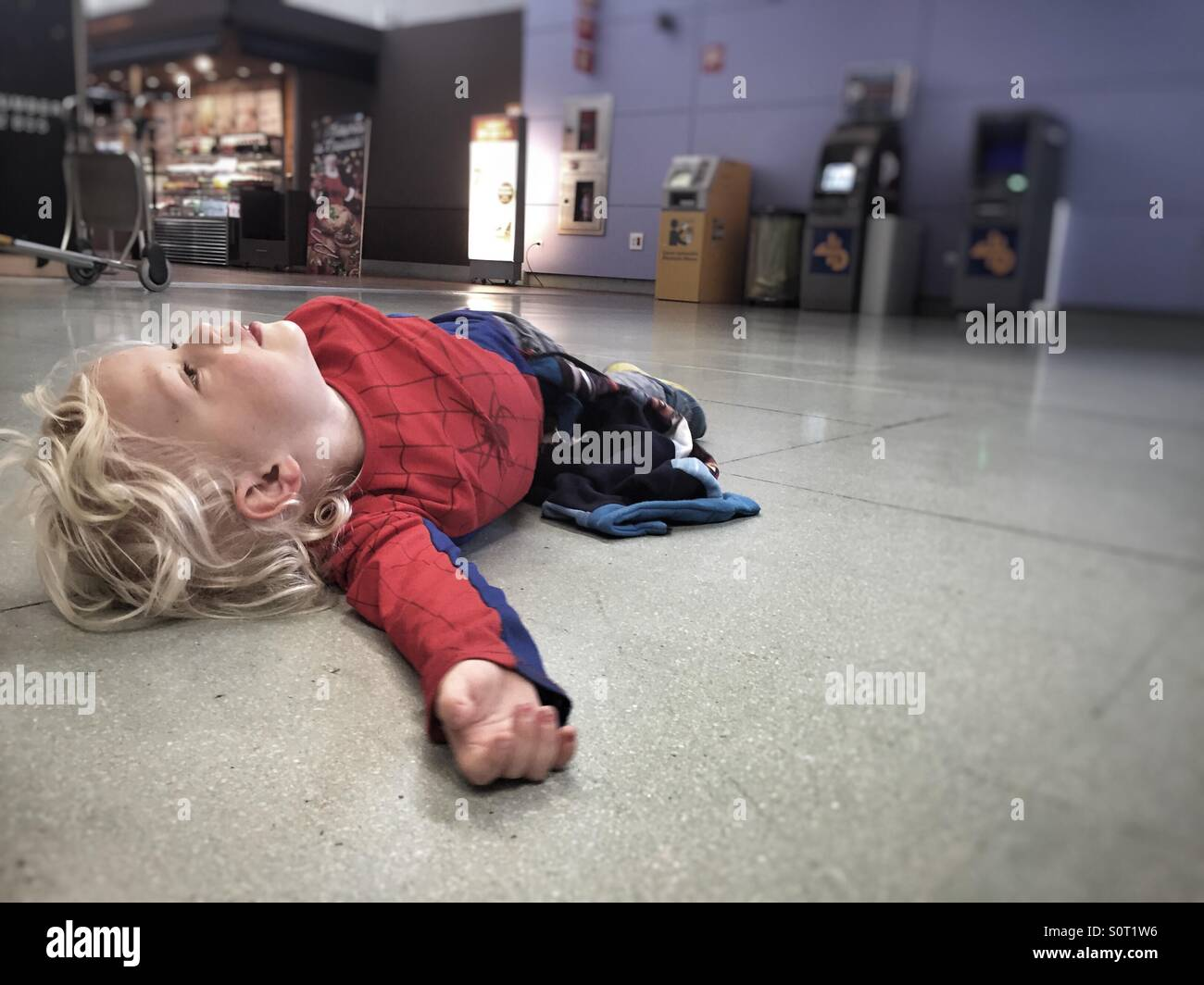 Boy warten am Flughafen Stockbild