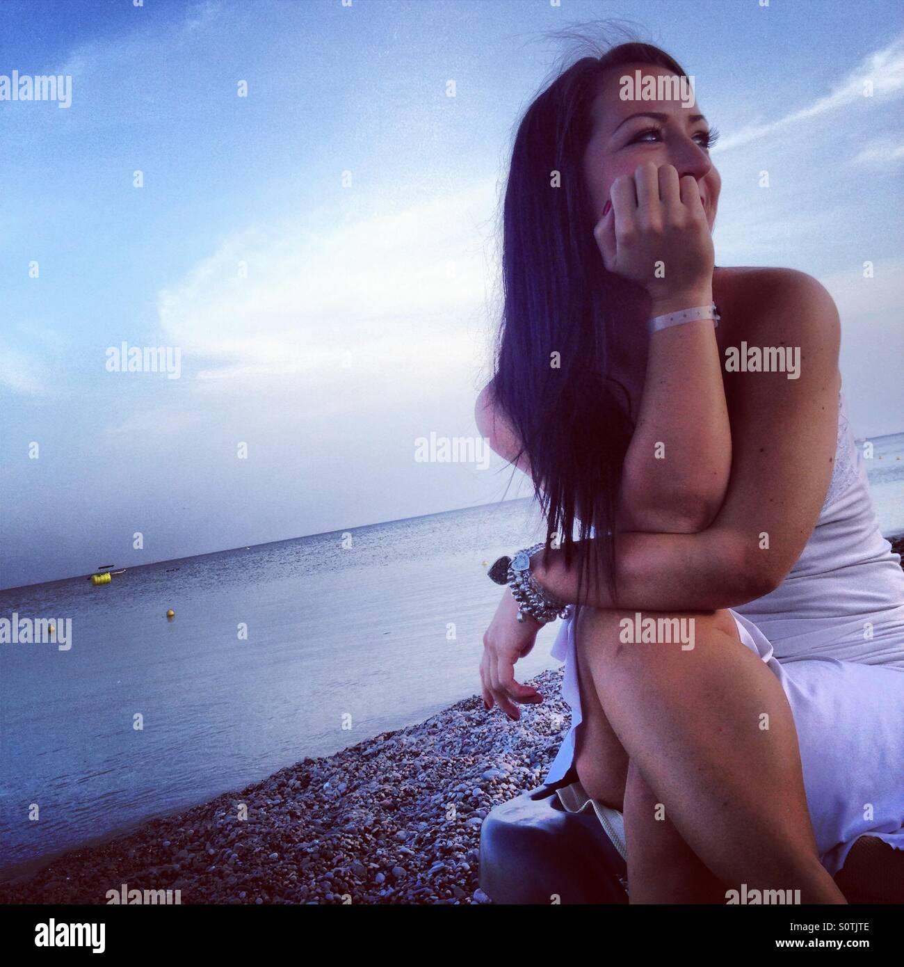 Dame am Strand bei Sonnenuntergang Stockbild