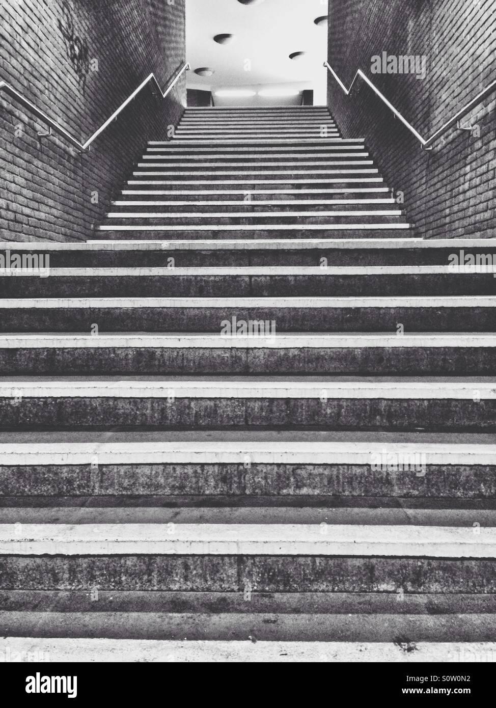 Treppe in einer u-Bahnstation nachschlagen Stockbild