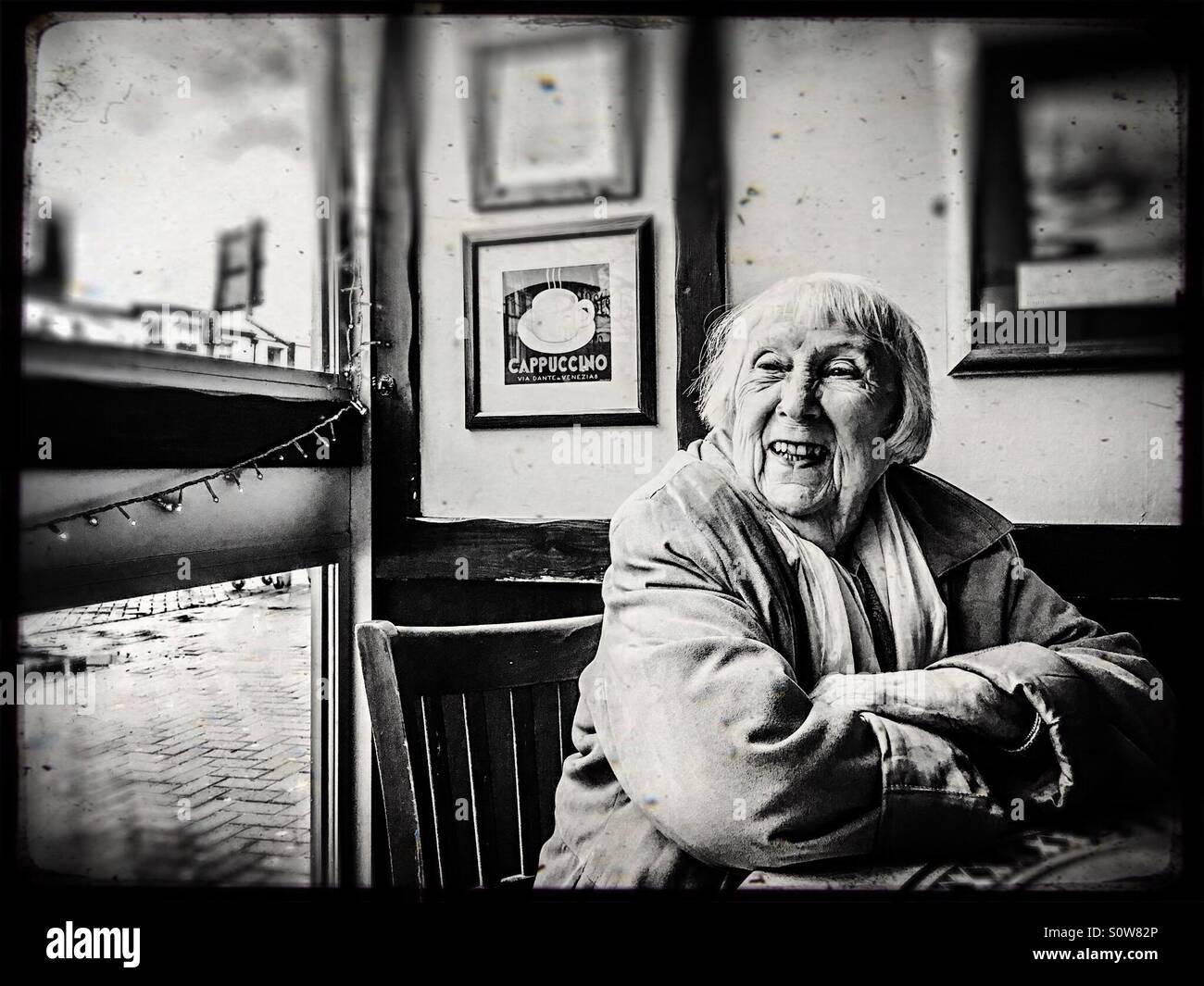 Oma, Blick aus dem Fenster Stockbild