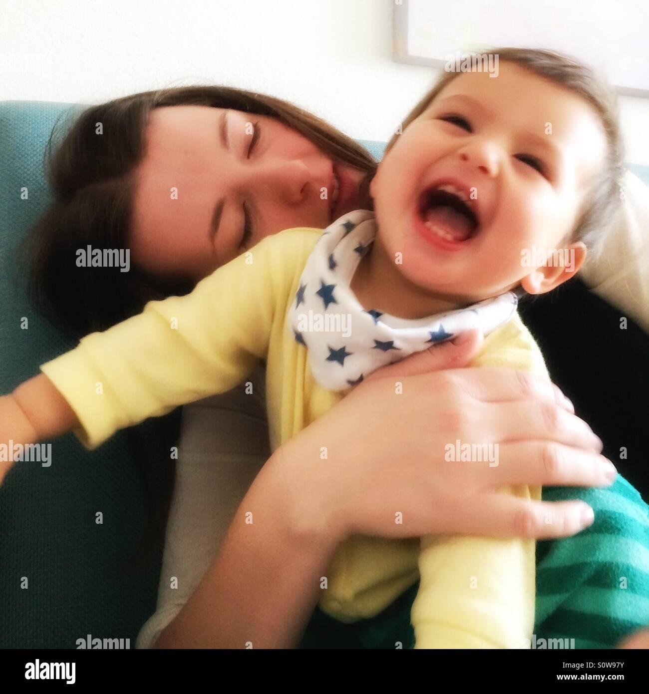 Mutter mit lachendes Baby spielen Stockbild