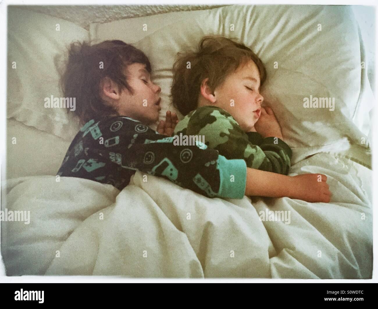 Brüder schlafen Stockfoto