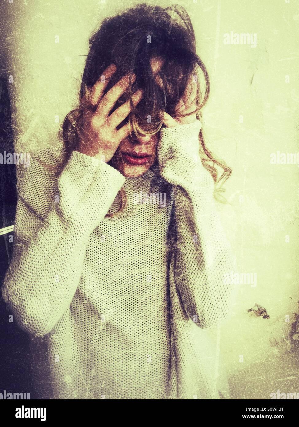 Depressive junge Frau Kopf in Händen Stockbild