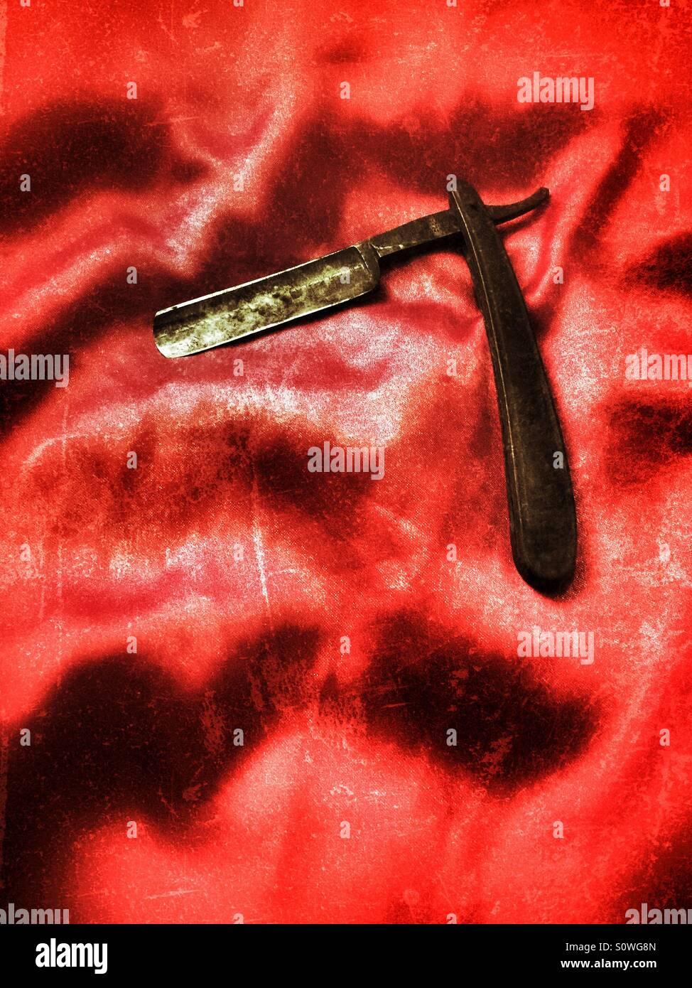 Alten Halsabschneider Klinge auf roter Seide Stockbild