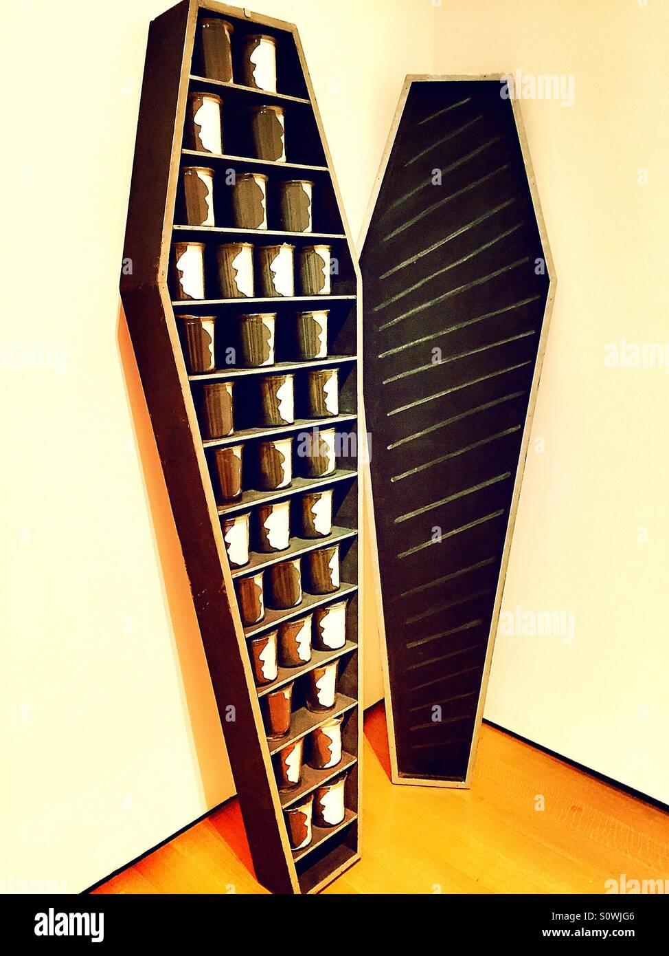Sarg und Glas Becher-Anzeige in einem museum Stockbild