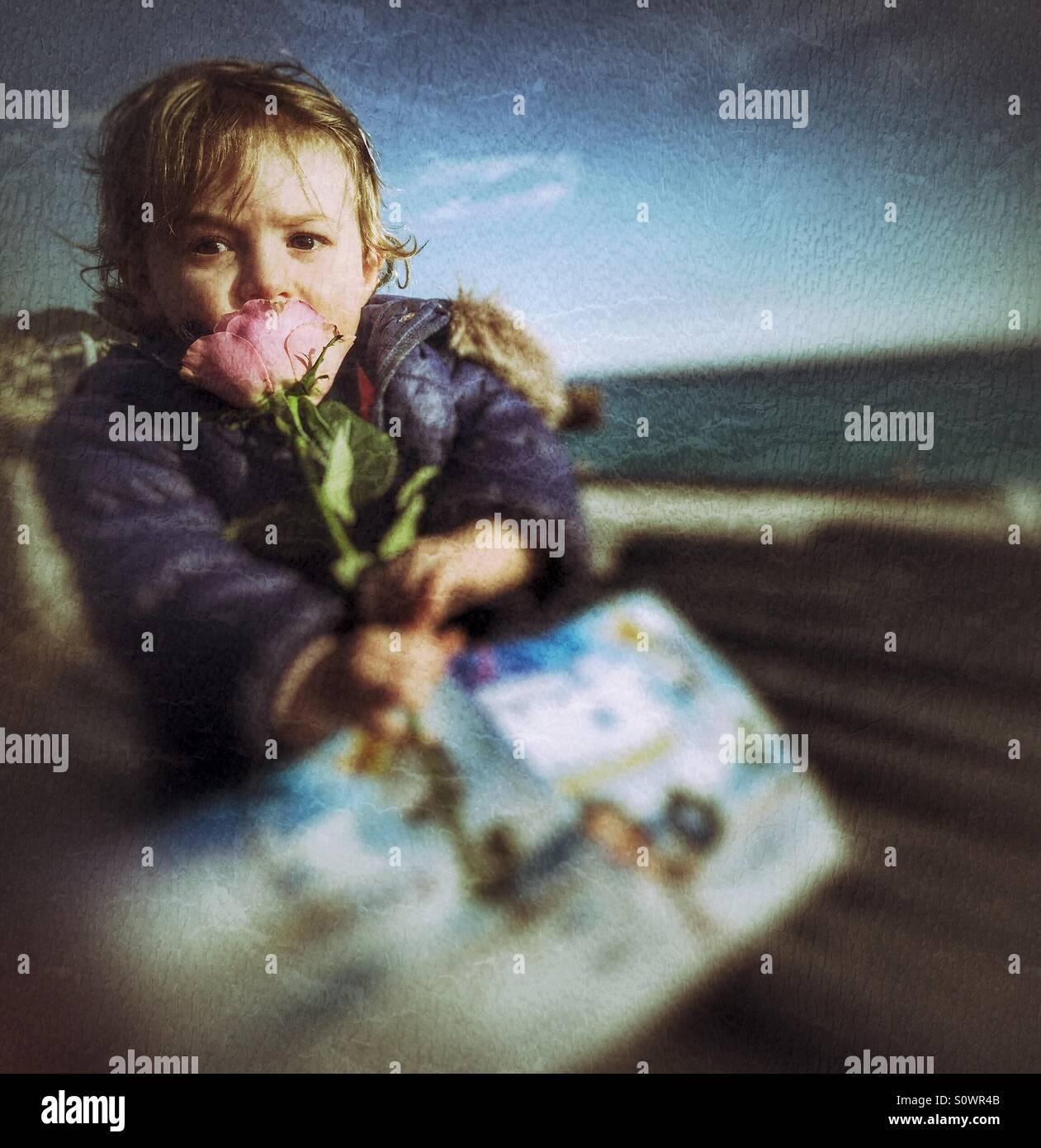 Einjähriges Baby Holding Blume Stockbild