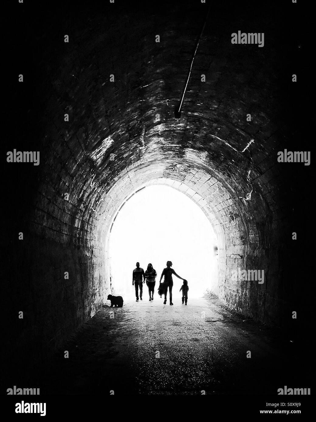 Walking ist der letzte Trend, gesund zu sein, so dass Menschen viel weglaufen das Licht am Ende des Tunnels laufen, Stockfoto