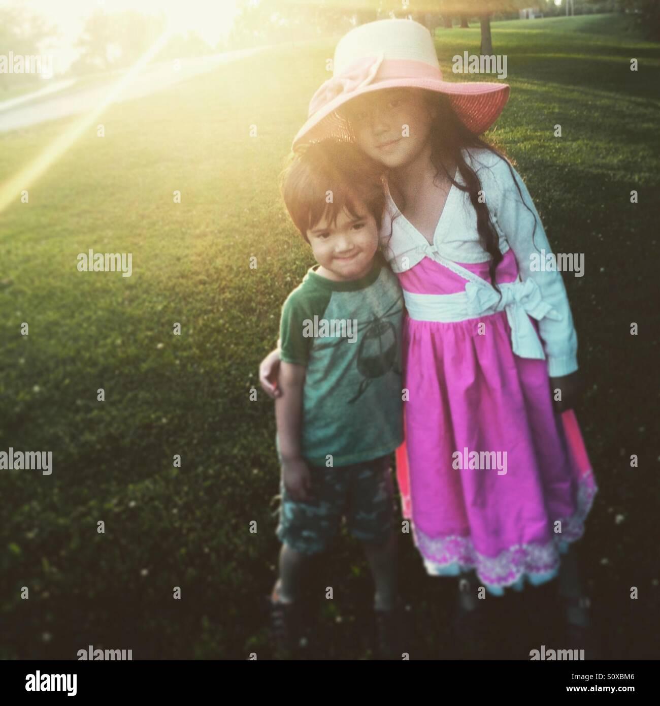 Bruder und Schwester bei Sonnenuntergang Stockbild