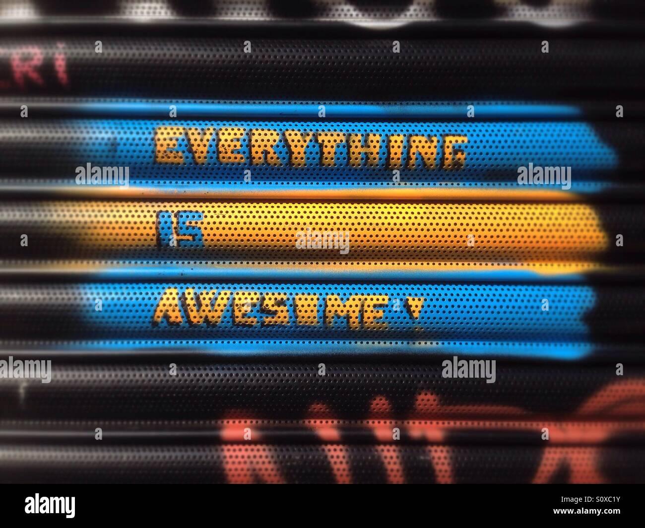 Alles ist super Graffiti in London Stockbild