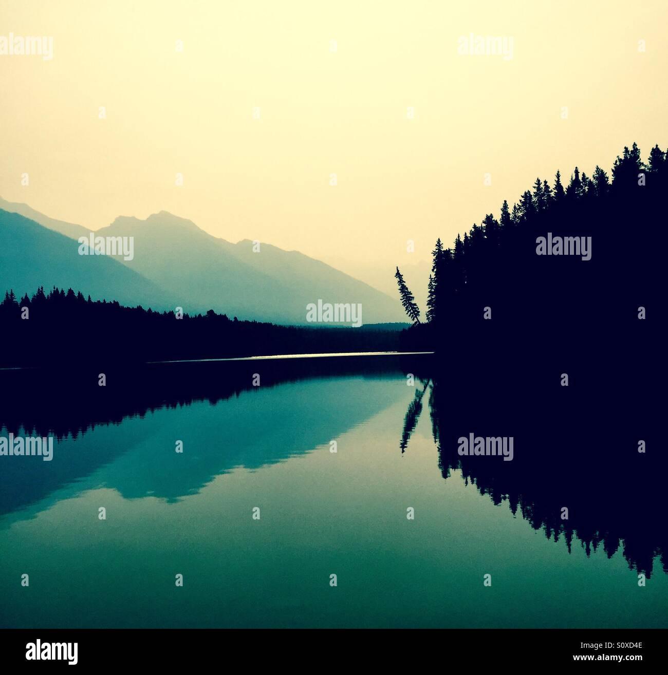 Reflexionen auf einem See Stockbild