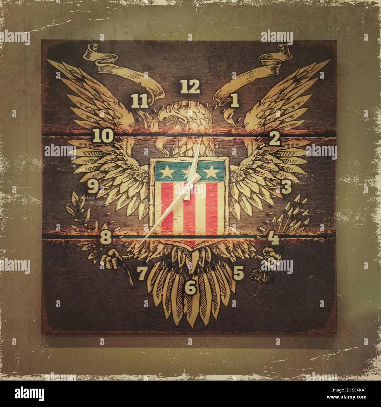 American Eagle auf eine quadratische Wanduhr Stockbild