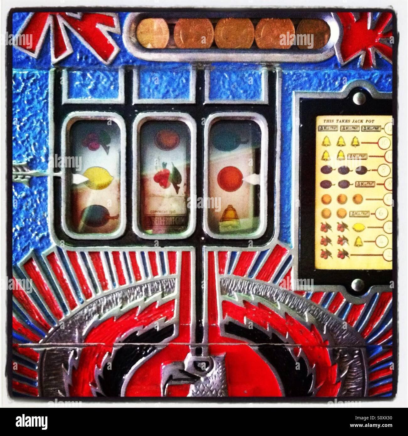 Retro-Spielautomat mit Fruchtsymbolen und einem gewagten bunten Design. Stockbild