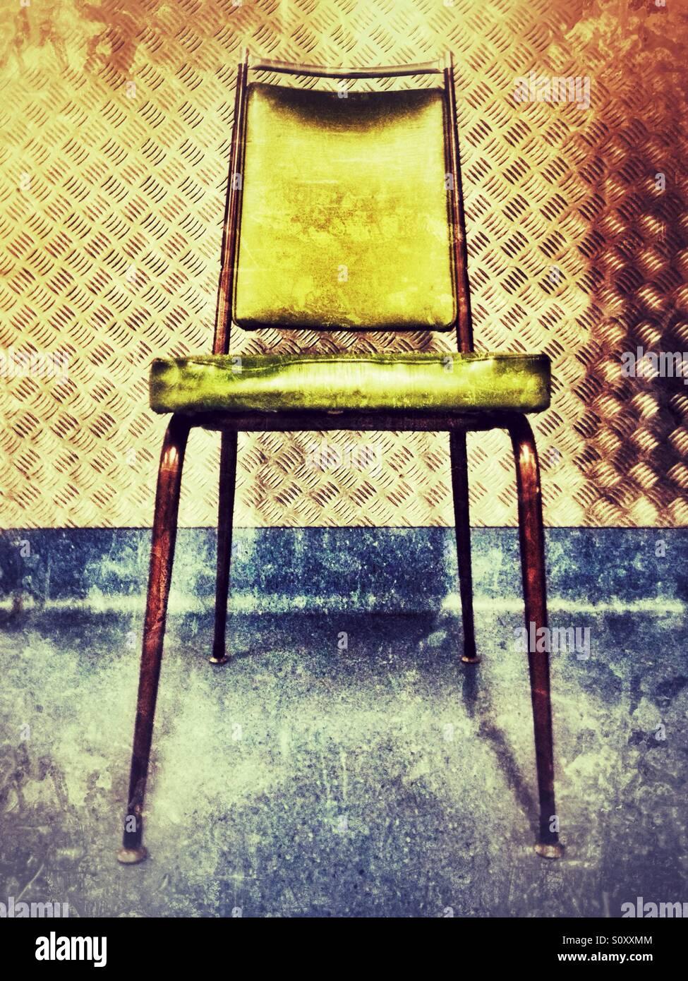 Stuhl an der Wand. Stockbild