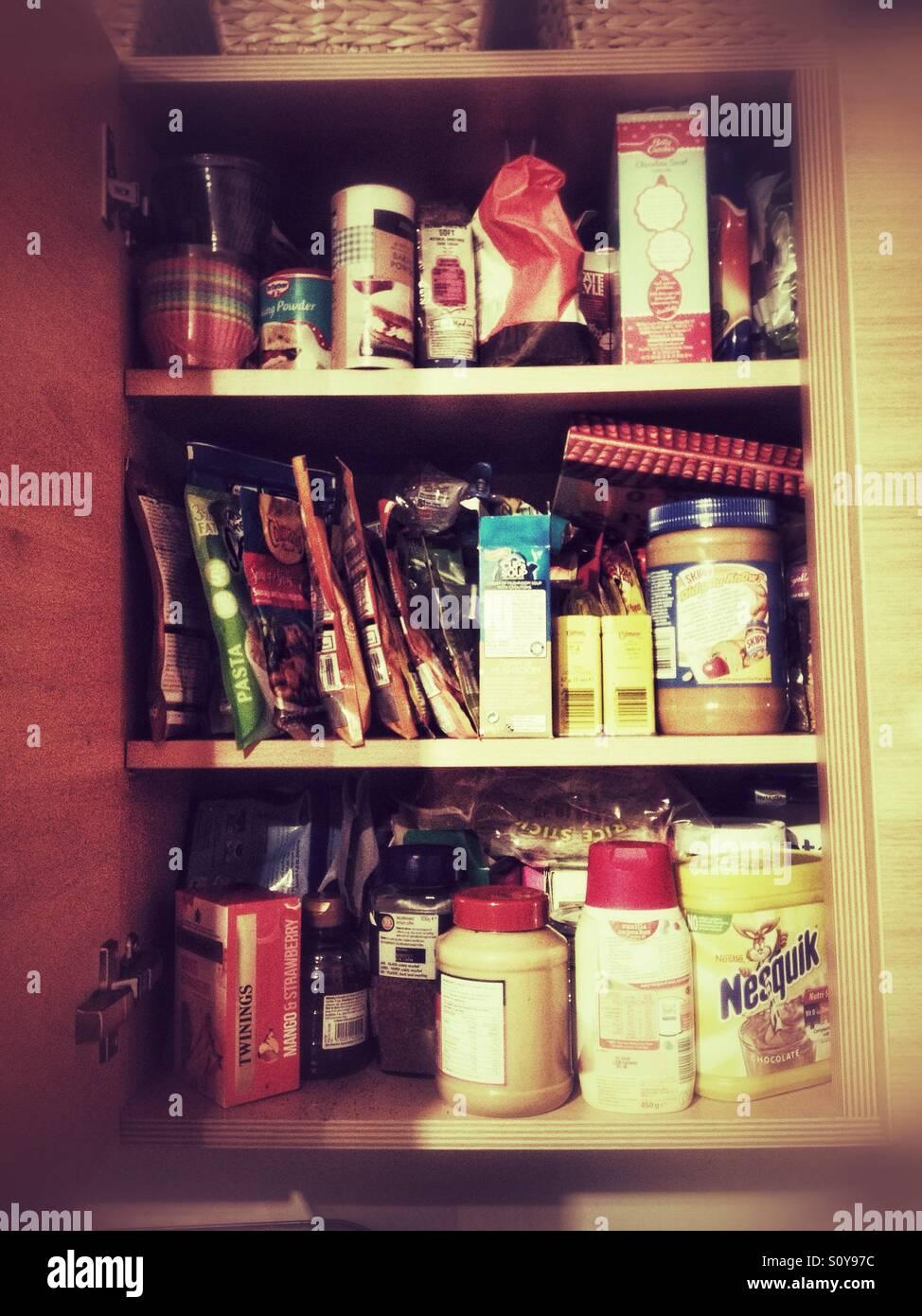 Ein Küchenschrank voller Lebensmittel. Stockbild
