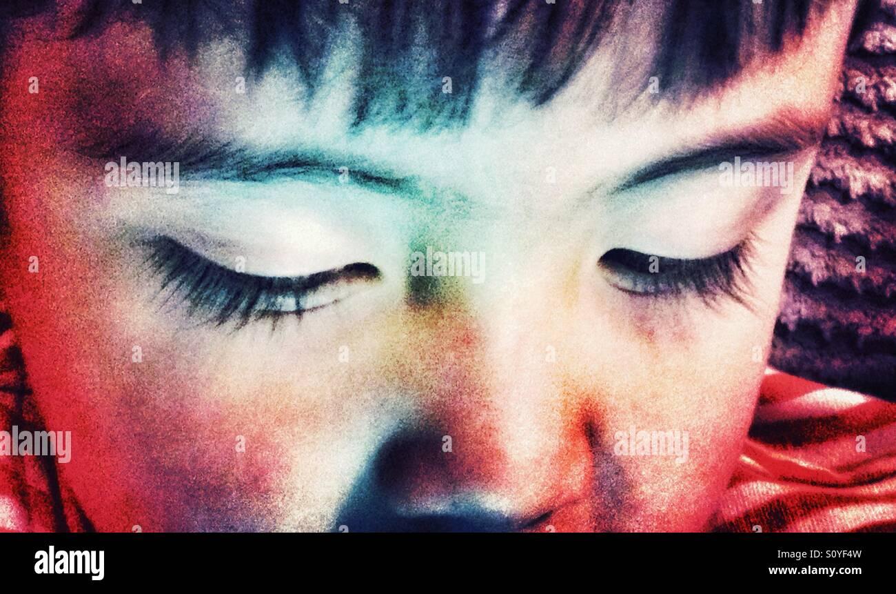 Ein kleiner Junge Augen hautnah. Stockbild