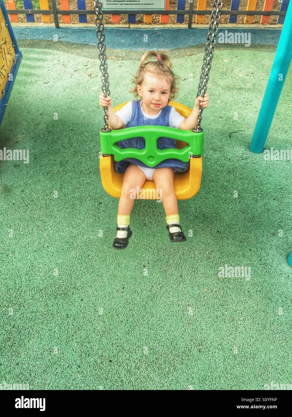 Kleinkind auf der Schaukel Stockbild
