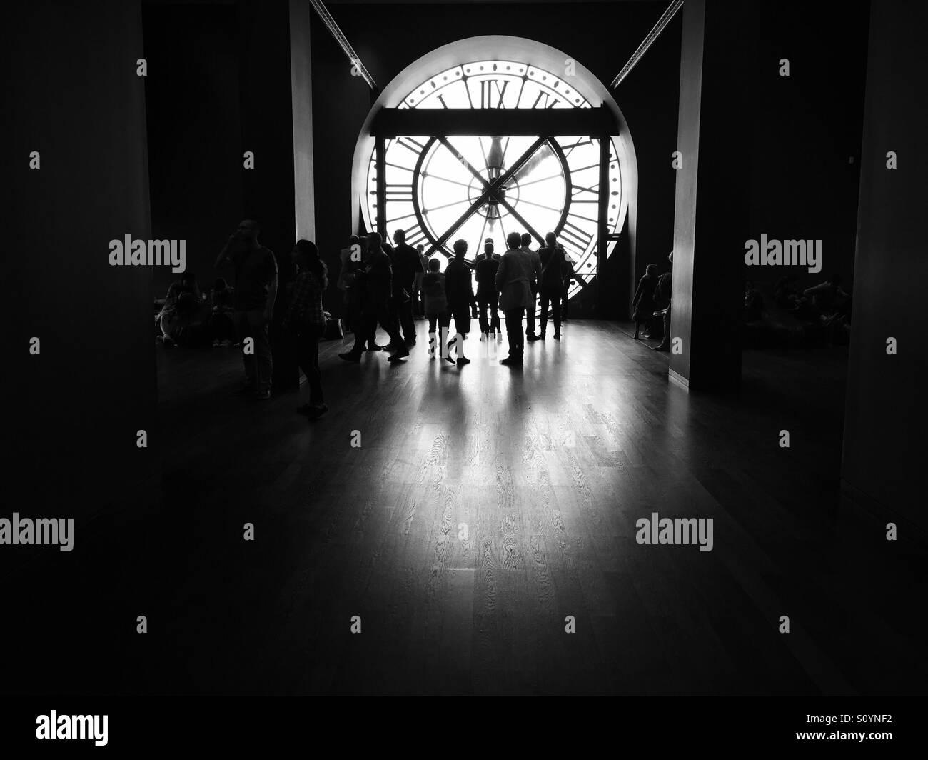 Die berühmte Uhr innerhalb der Musée d Orsay in Paris, Frankreich mit einem Publikum davor. Stockbild