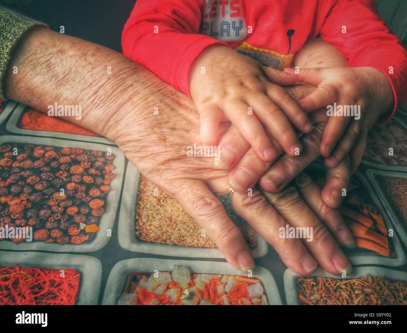 Großmutter und Baby Hände Stockfoto