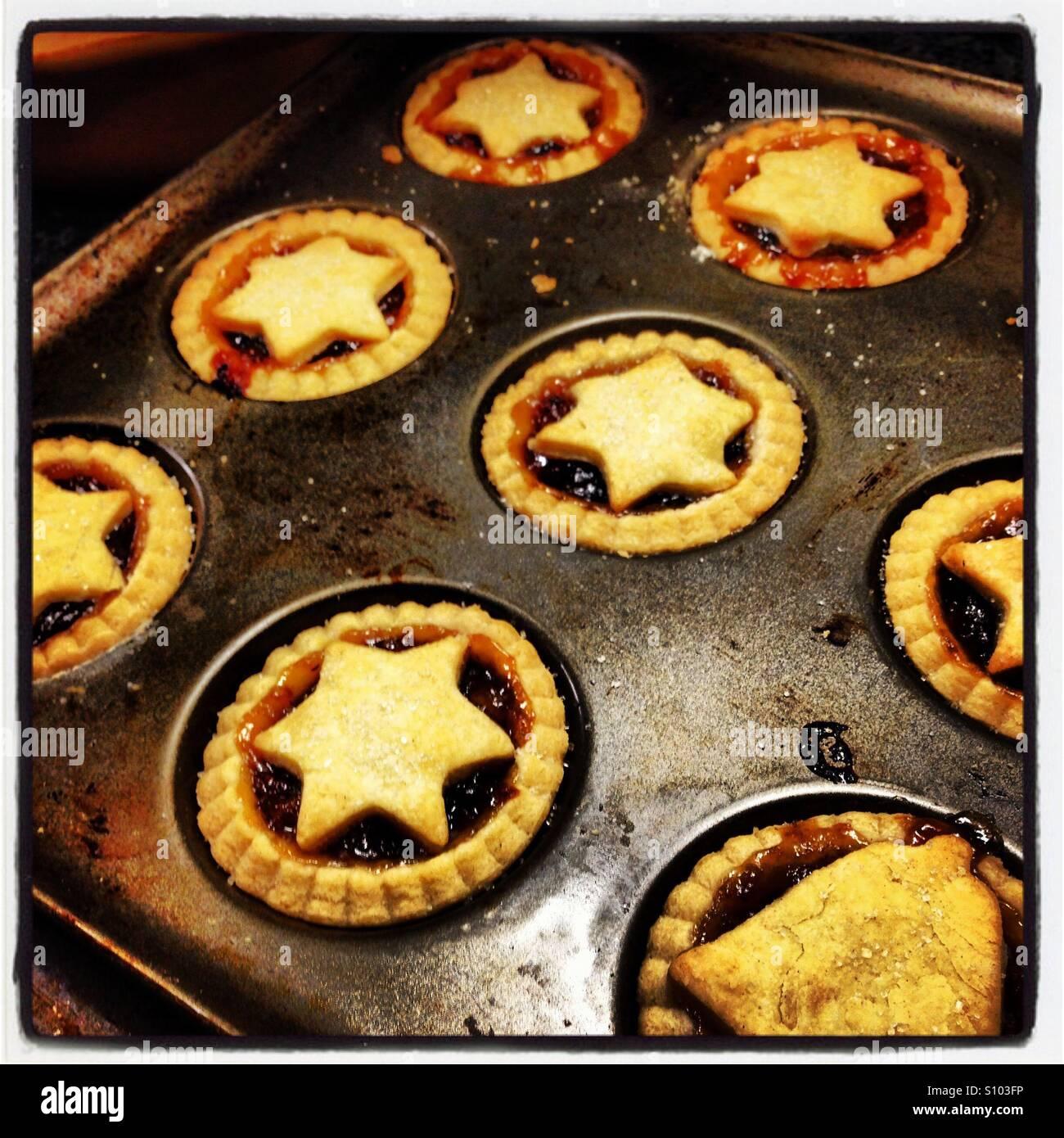 Mince Pies mit Gebäck Sternen gekrönt Stockfoto