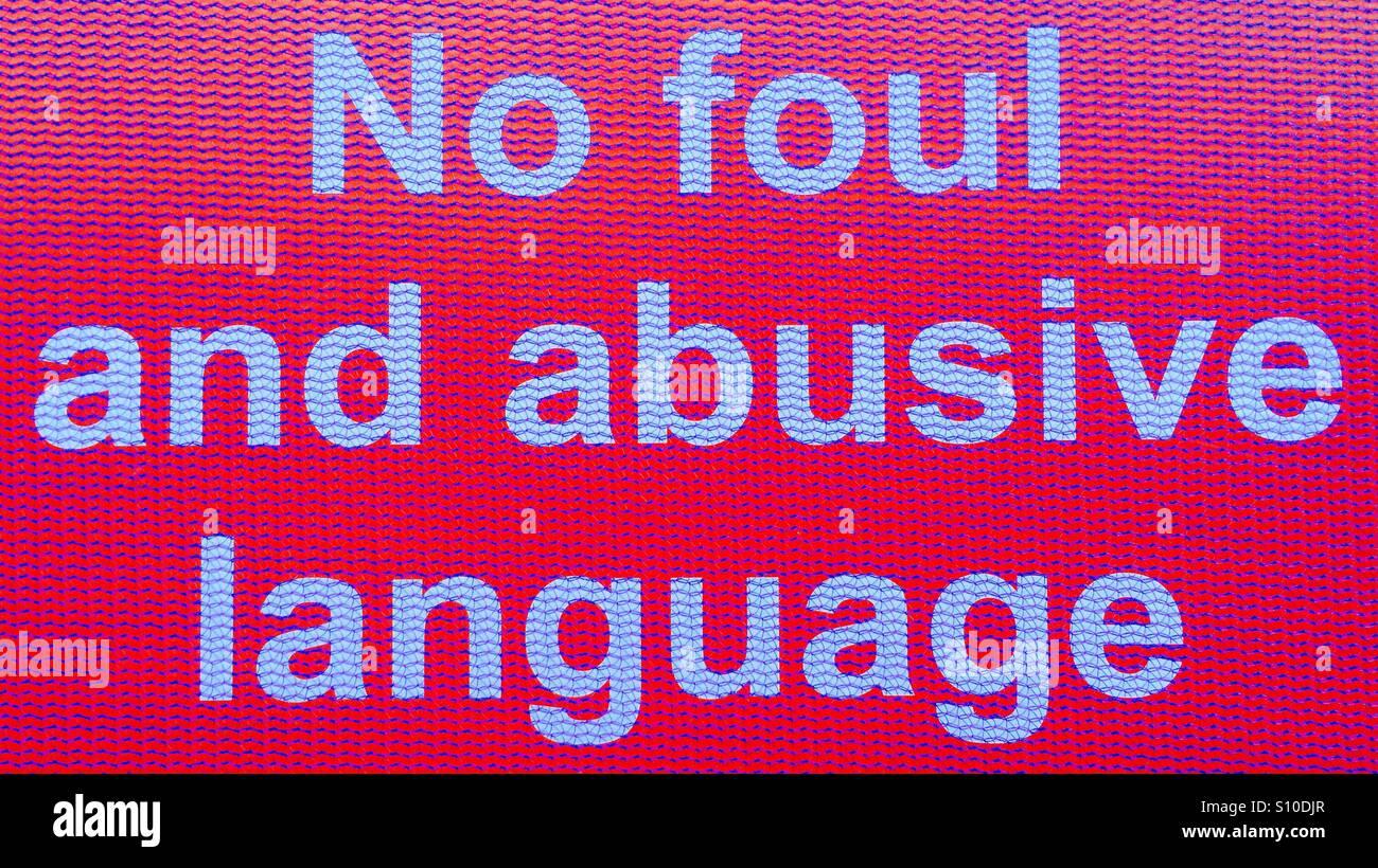 Kein foul und beleidigende Sprache-Schild hinter blauen Netz auf einer Baustelle Stockbild