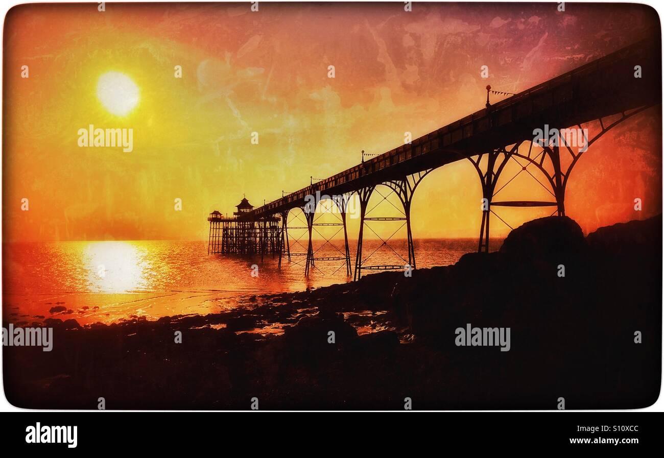 Ein Sonnenuntergang Blick auf den Grad einer aufgeführt Clevedon Pier in Somerset, England. The Pier wurde Stockbild