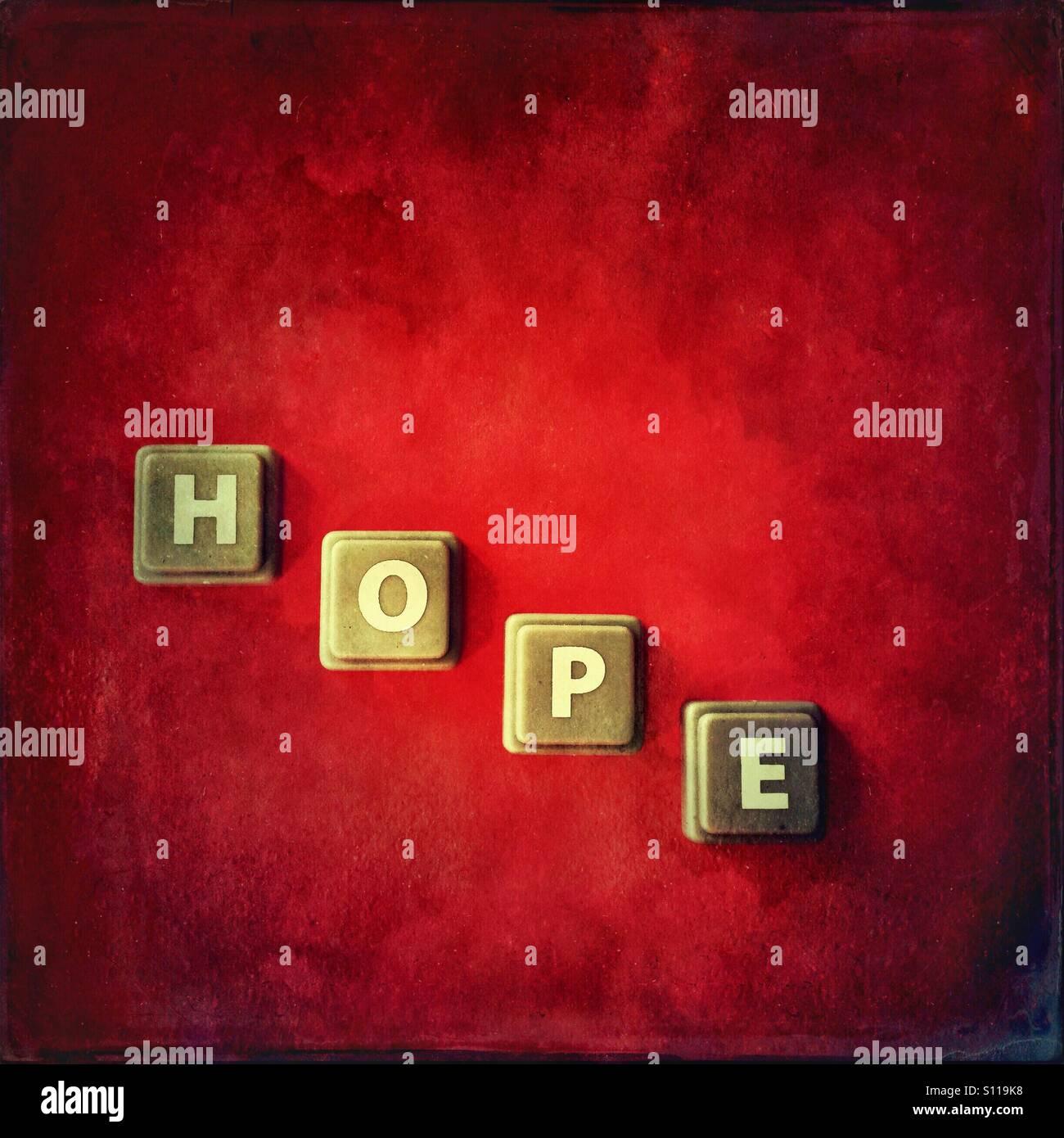Das Wort Hoffnung auf roten Grunge Hintergrund Stockbild