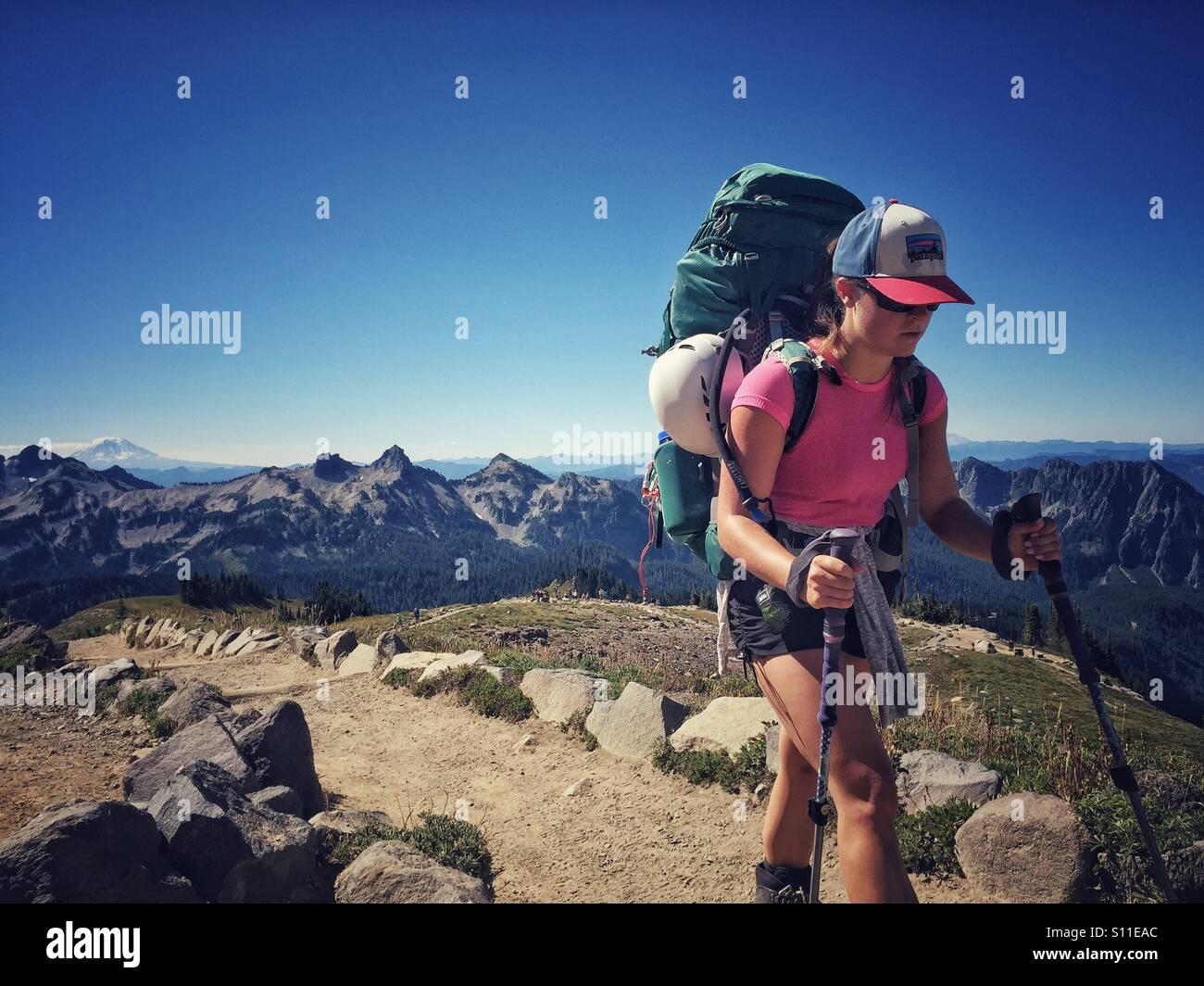 Junge Frau Wanderungen auf einem Pfad am Mount Rainier Nationalpark Stockbild