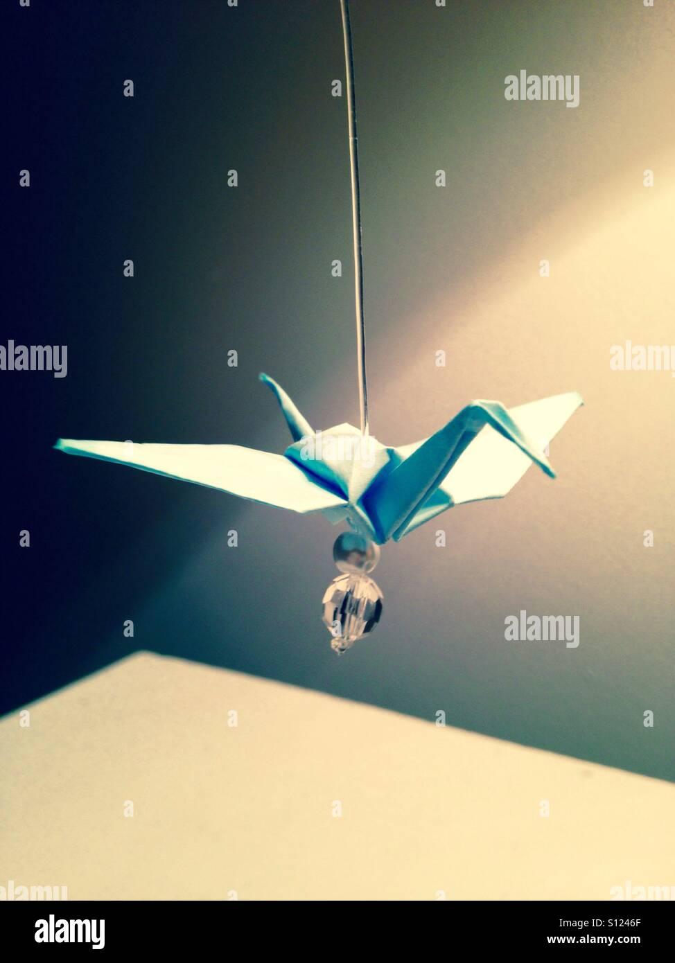 Blaues Papier Origami-Kranich mit Wulst. Stockbild