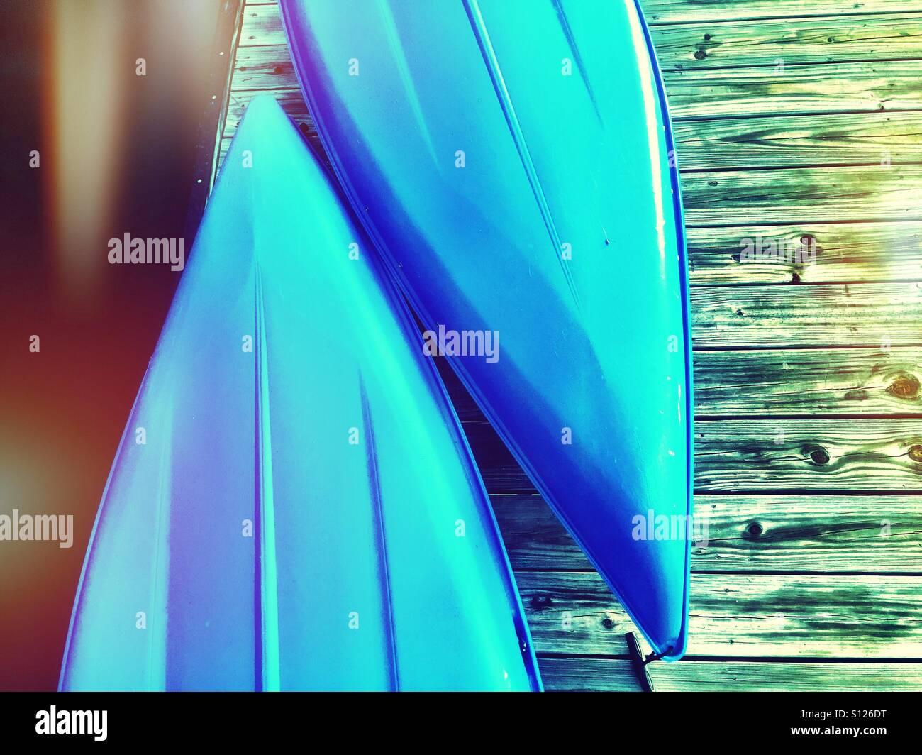 Zwei blaue Kanus Stockbild