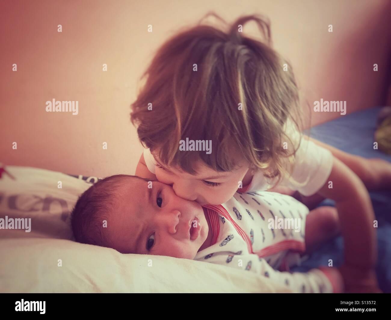 Schwester Bruder küssen Stockfoto