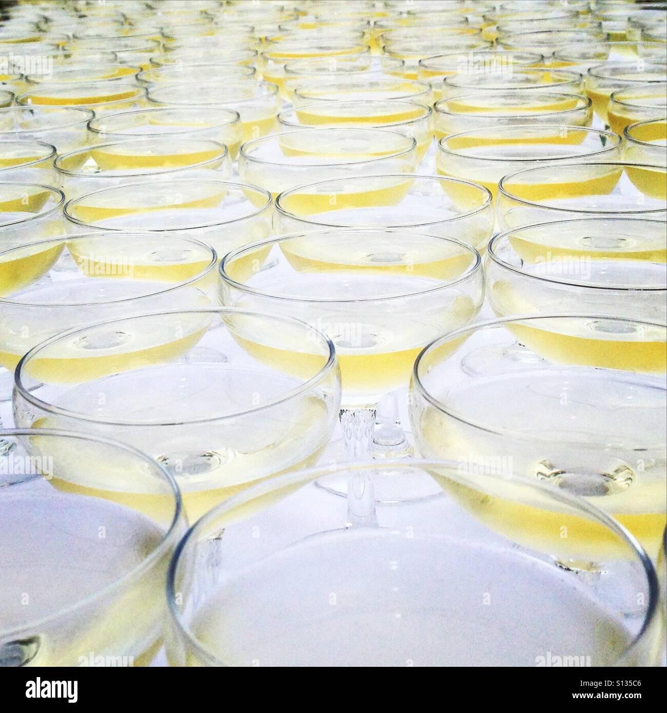 Champagner gegossen und warten Stockbild